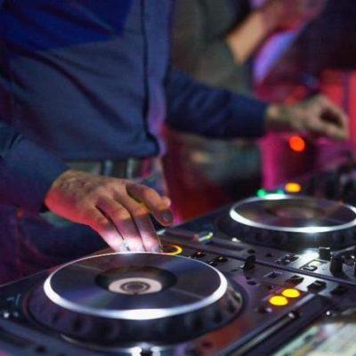 REGIE ET PLATINES DISCO POUR LES DJ